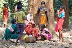 Femmes au marché hebdomadaire rural tribal image stock