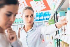 Femmes au supermarché Photos libres de droits