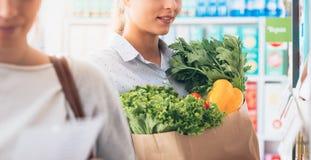 Femmes au supermarché Photographie stock libre de droits