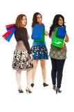 Femmes aux achats marchant et regardant en arrière Images stock