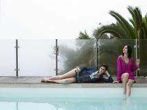 Femmes avec Champagne Glasses By Pool Image libre de droits