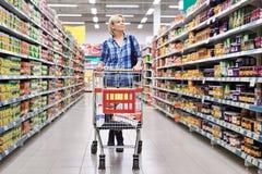 Femmes avec des achats de chariot dans le supermarché Photo libre de droits