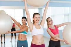 Femmes avec des boules de forme physique. Photographie stock