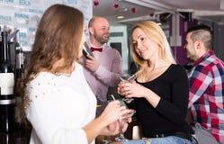 Femmes avec des cocktails dans la barre Photo libre de droits