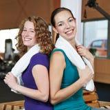 Femmes avec des essuie-main au centre de forme physique Photographie stock libre de droits