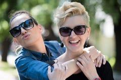 Femmes avec des lunettes de soleil Images stock