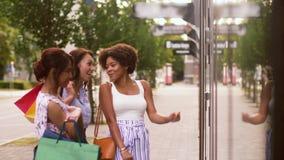 Femmes avec des paniers regardant la fenêtre de boutique banque de vidéos