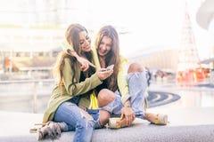 Femmes avec des smartphones dans une barre Images stock