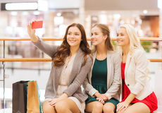 Femmes avec des smartphones faisant des emplettes et prenant le selfie Image libre de droits