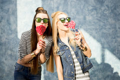 Femmes avec des sucreries à l'intérieur Photos stock