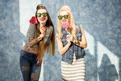 Femmes avec des sucreries à l'intérieur Photographie stock