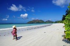 Femmes avec l'enfant pendant la promenade le long du bord de l'océan Photo stock
