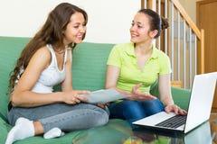 Femmes avec l'ordinateur portable dans l'intérieur à la maison Photo libre de droits