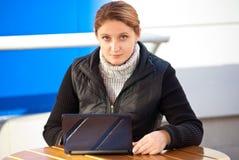Femmes avec l'ordinateur portatif dans le café Images libres de droits