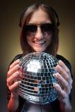 Femmes avec la boule de disco. Photos stock