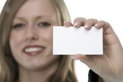Femmes avec la carte de visite professionnelle de visite à disposition Image stock