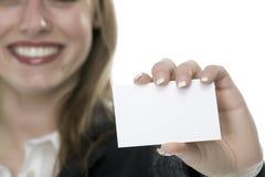Femmes avec la carte de visite professionnelle de visite à disposition Photographie stock libre de droits