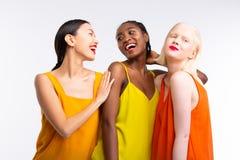 Femmes avec la couleur de la peau diff?rente portant les v?tements color?s lumineux images libres de droits