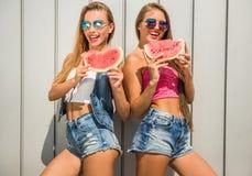 Femmes avec la pastèque Photographie stock libre de droits