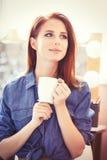 Femmes avec la tasse de café blanche Images stock
