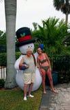 Femmes avec le bonhomme de neige de Christman Photos stock