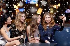 Femmes avec le champagne prenant le selfie à la boîte de nuit Photos libres de droits