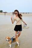 Femmes avec le chien de briquet Images libres de droits