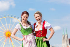 Femmes avec le dirndl bavarois sur fesival Photo libre de droits
