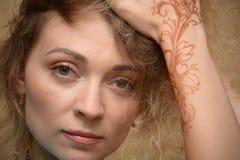 Femmes avec le maquillage et mehendy Photographie stock libre de droits