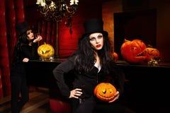 Femmes avec le potiron de Halloween Photos libres de droits