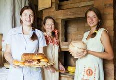 Femmes avec le repas de ferme-type images libres de droits