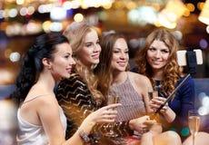 Femmes avec le smartphone prenant le selfie à la boîte de nuit Images libres de droits