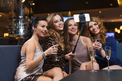 Femmes avec le smartphone prenant le selfie à la boîte de nuit Photos libres de droits