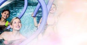 Femmes avec les bâtons gonflables dans la piscine Images libres de droits