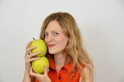 Femmes avec les pommes vertes, jeune et sensuel Photographie stock