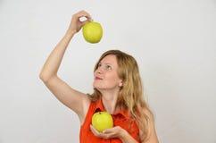 Femmes avec les pommes vertes, jeune et sensuel Photos stock