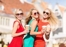 Femmes avec les tasses de café à emporter dans la ville Photo libre de droits