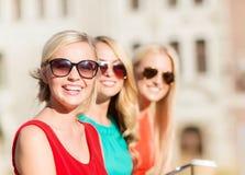 Femmes avec les tasses de café à emporter dans la ville Photos libres de droits