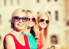 Femmes avec les tasses de café à emporter dans la ville Image stock