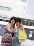 Femmes avec par la carte de crédit Image libre de droits