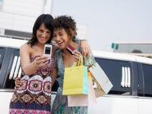 Femmes avec par la carte de crédit Photos libres de droits