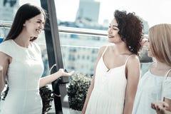 Femmes avec plaisir heureuses parlant entre eux Photographie stock