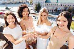 Femmes avec plaisir heureuses soulevant leurs verres Photographie stock libre de droits