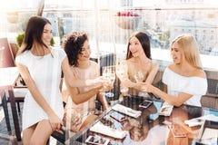 Femmes avec plaisir heureuses tenant des verres avec le champagne Photographie stock