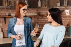 Femmes avec plaisir positives buvant du champagne Images stock