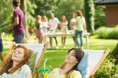 Femmes avec prendre un bain de soleil de boissons Images stock