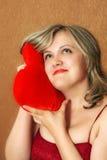 Femmes avec un oreiller de coeur Photographie stock libre de droits