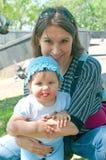Femmes avec un petit enfant dans le bleu Image libre de droits