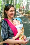 Femmes avec un petit enfant sur des mains Photos stock