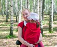 Femmes avec un petit enfant sur des mains Photos libres de droits